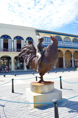 Statue by Roberto Fabelo called Viaje fantastico